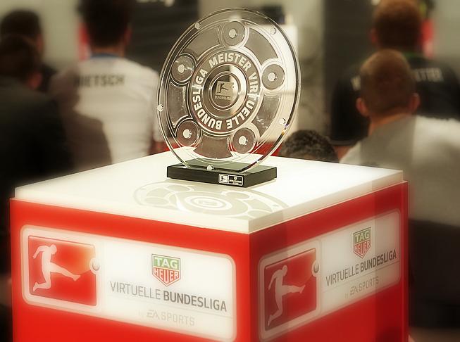Holt euch die begehrte Trophäe der virtuellen Bundesliga. Quelle: virtuelle.bundesliga.de