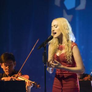 Julie Even bezauberte die Gäste mit ihrem stimmungsvollen Gesang. Die Synchronsprecherin ist vor allem dafür bekannt, dass sie Charakteren von Horizon Zero Dawn, League of Legends oder World of Warcraft ihre Stimme leiht.