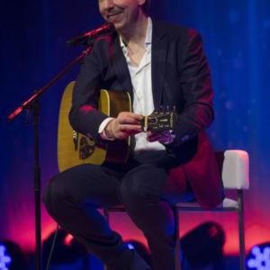 Olli Schulz begeistert die Gäste mit zwei kleinen Liedchen