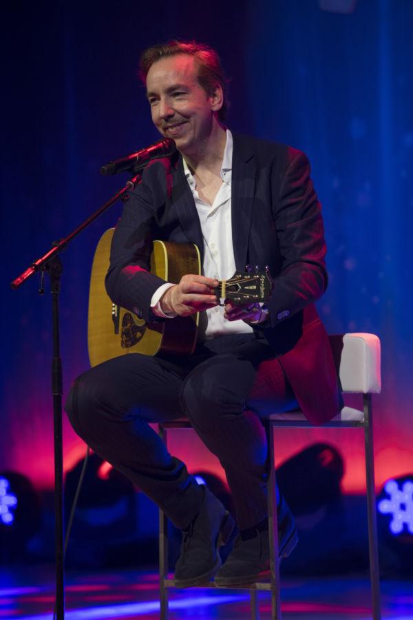 Olli Schulz überraschte die Gäste und lockerte die Stimmung mit seinen Songs auf. (Quelle Lansyn/Tobias Lindner)